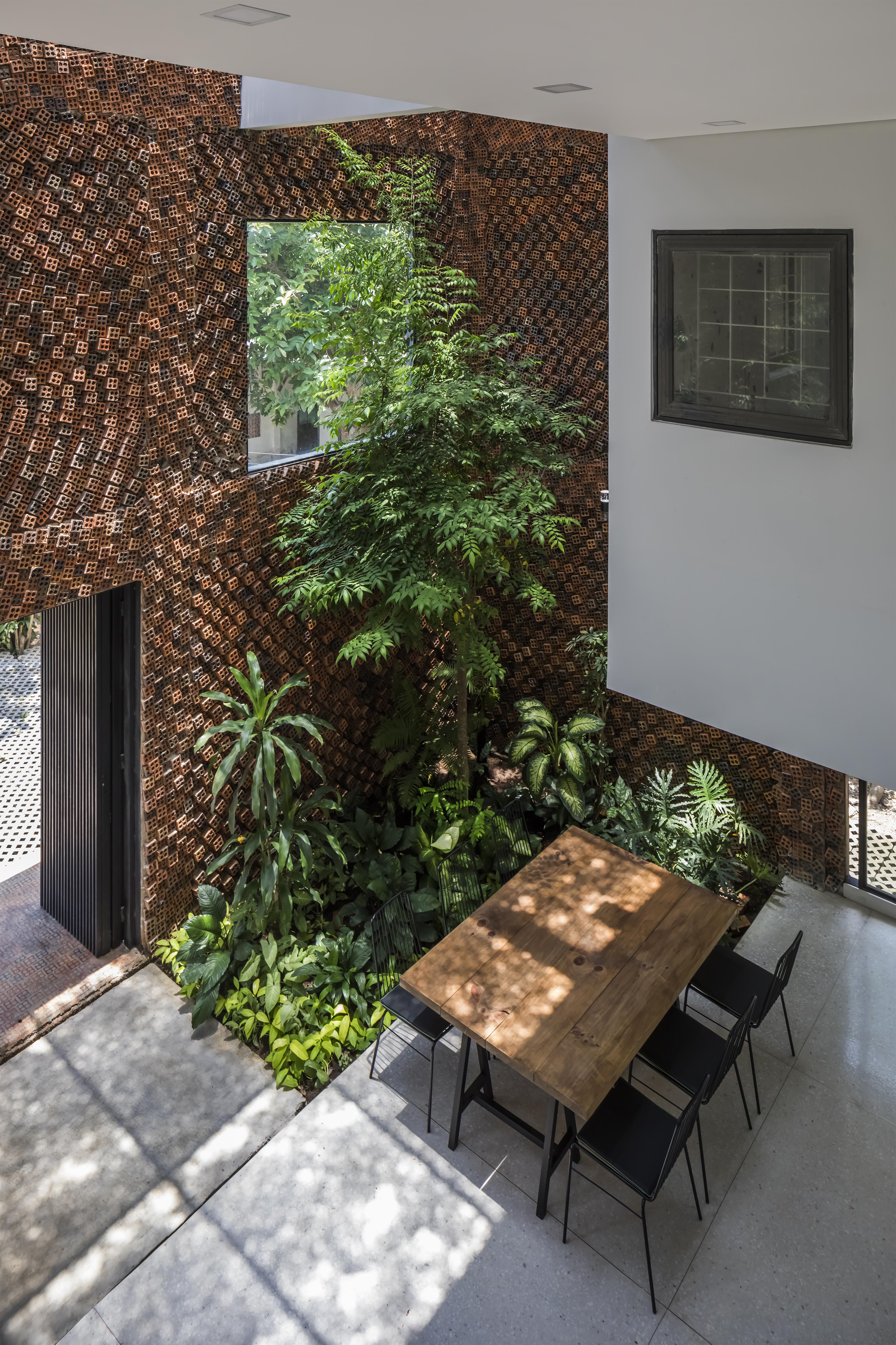 Bức tường xếp gạch ddan xem mang lại hơi thở cho ngôi nhà