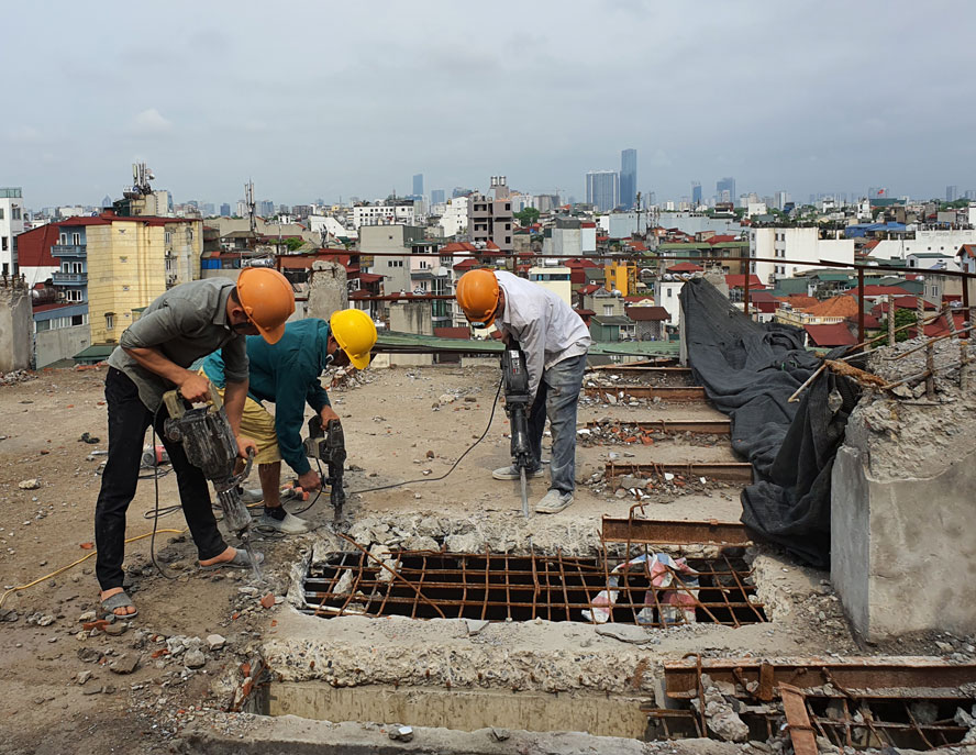 Lực lượng chức năng xử lý một công trình vi phạm trật tự xây dựng tại số 58-60 Đào Duy Từ. Ảnh: Cẩm Nam