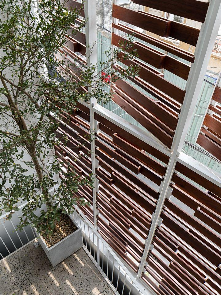 Bề mặt mặt nhà có hệ lam chắn bằng gạch hoa gió và gỗ