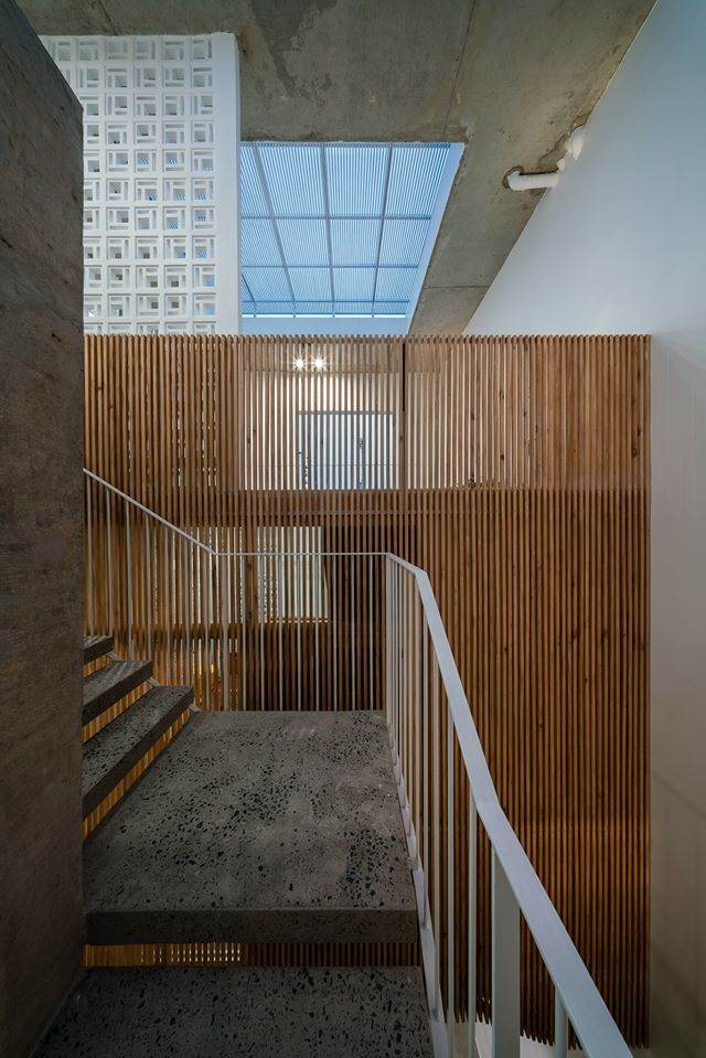 Hệ lam gỗ ngăn không gian và tạo ánh sáng 45 độ cho ngôi nhà