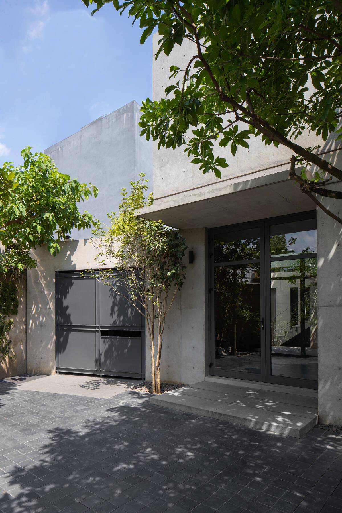 Sân trước nhà cùng cây xanh giúp gia tăng bầu không khí mát mẻ cho không gian sống bên trong