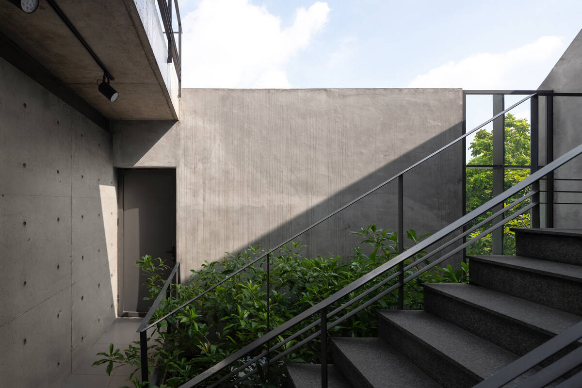 Cầu thang được đặt tại khu vực giếng trời, trở thành nhịp kết nối giữa các tầng lầu