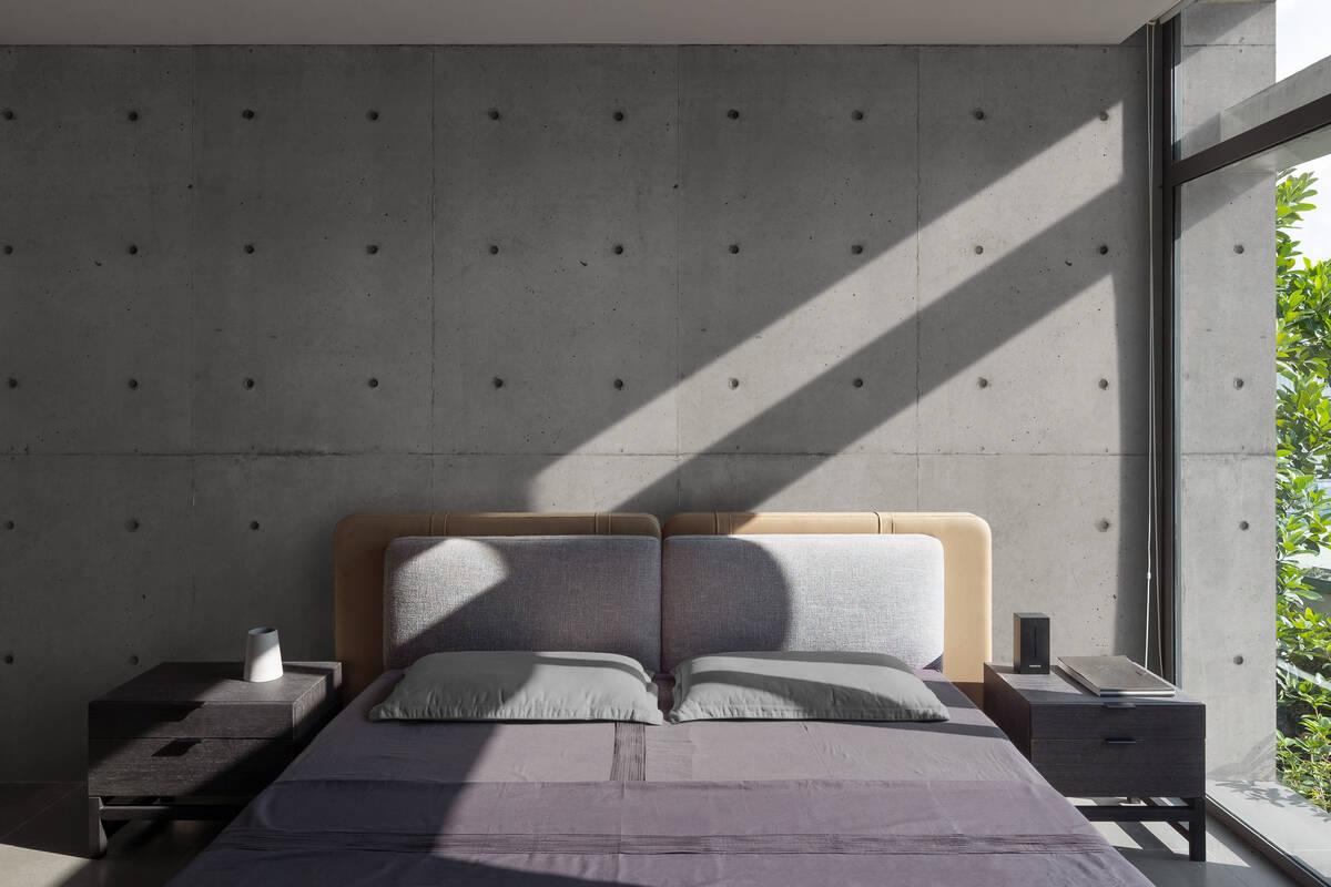 Nội thất trong phòng ngủ cũng mang sắc độ trung tính để tạo nên một tổng thể nhẹ nhàng