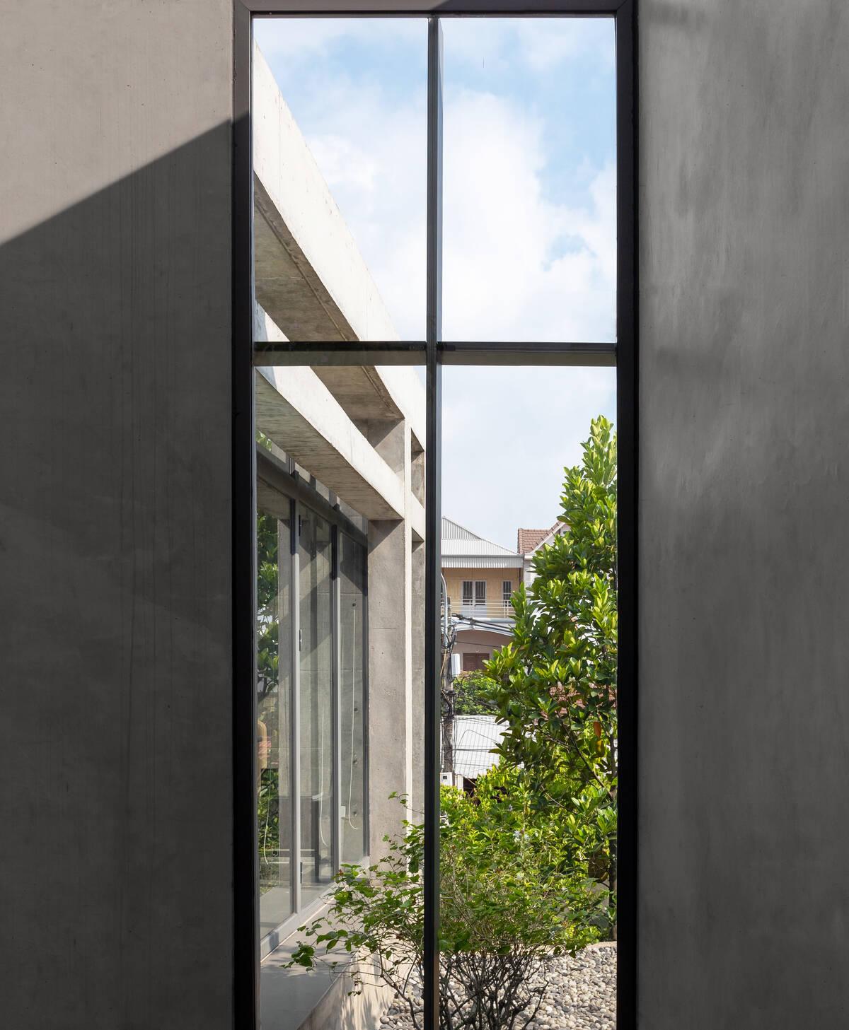 Cửa sổ kính được mở ở các mặt bên của công trình để giảm thiểu lượng nhiệt chính hướng Tây