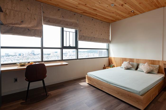 Phòng ngủ của bố mẹ rộng rãi nhờ thu gọn chỉ có 1wc trong căn hộ