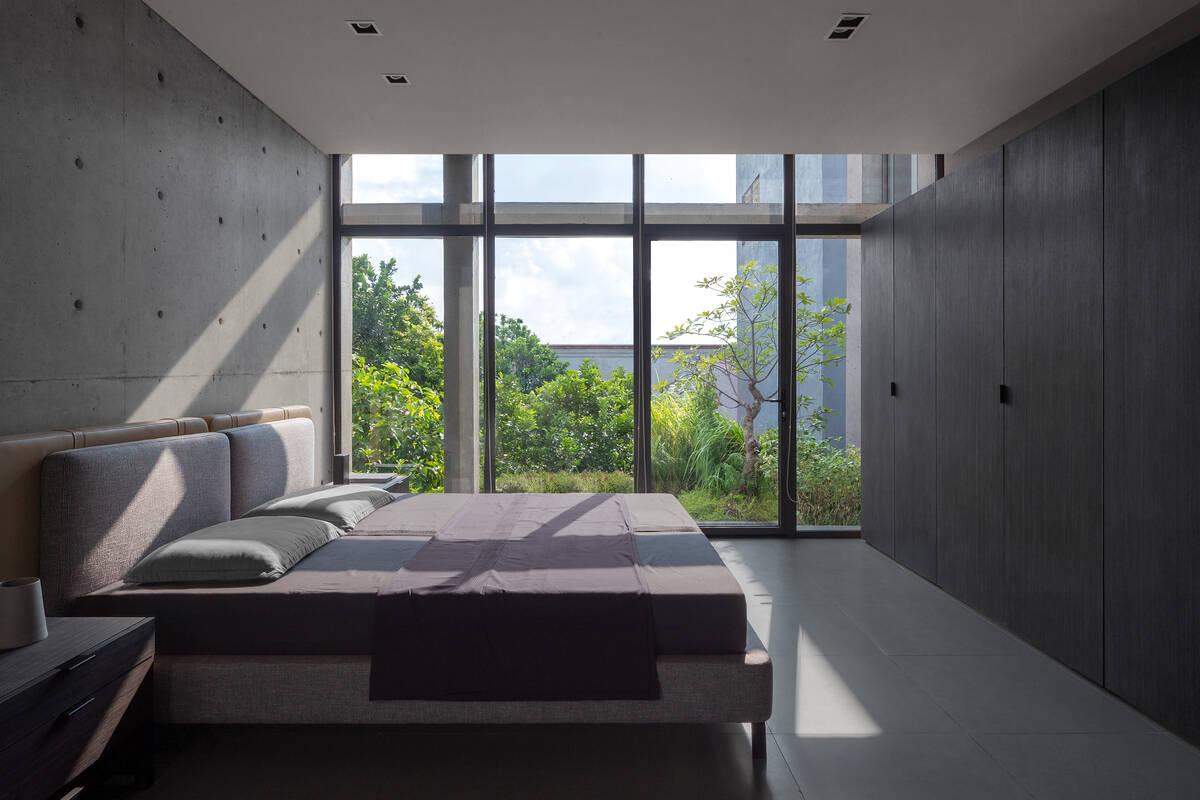 Phòng ngủ với cửa kính lớn mang lại cảm giác hòa mình cùng thiên nhiên