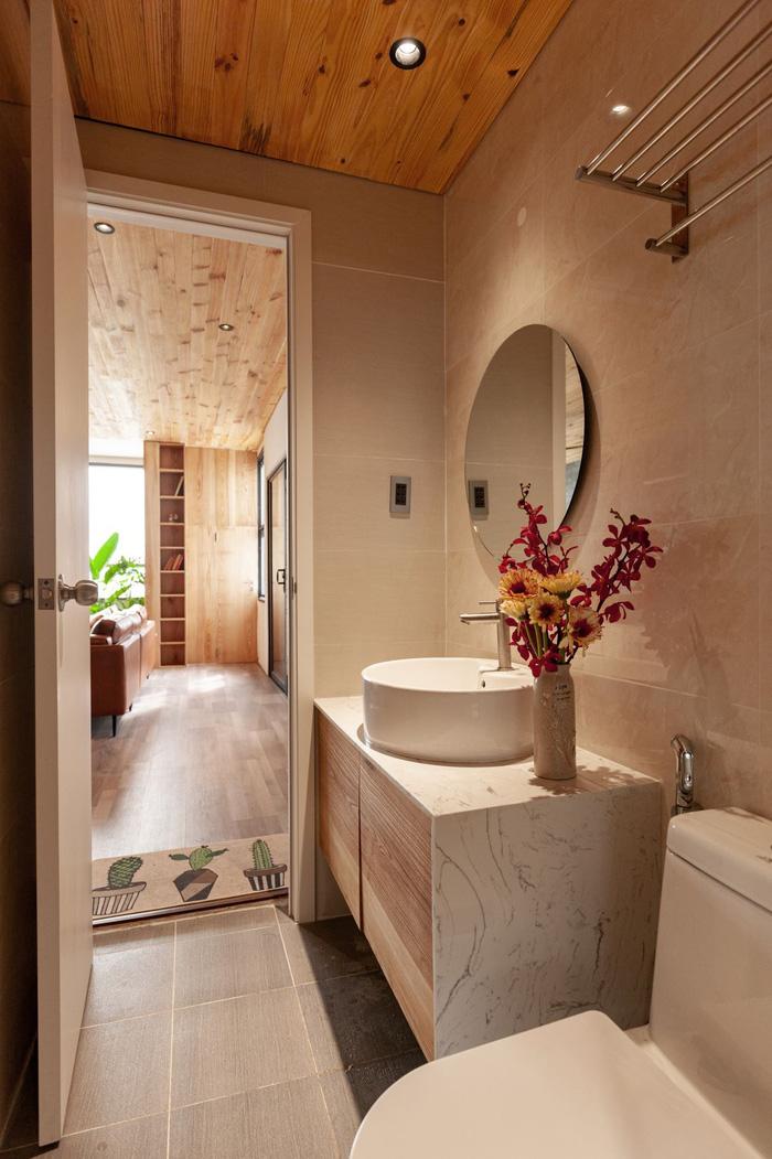 Phòng vệ sinh duy nhất trong căn hộ