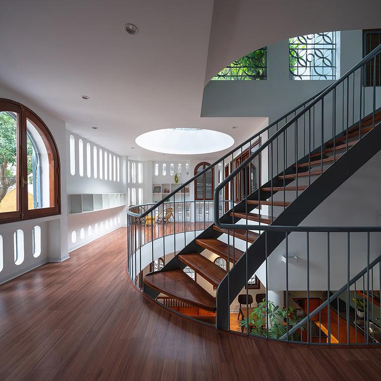 Tổng thể ngôi nhà tạo thành một không gian sống xanh, hòa hợp với thiên nhiên, nắng gió và cỏ cây