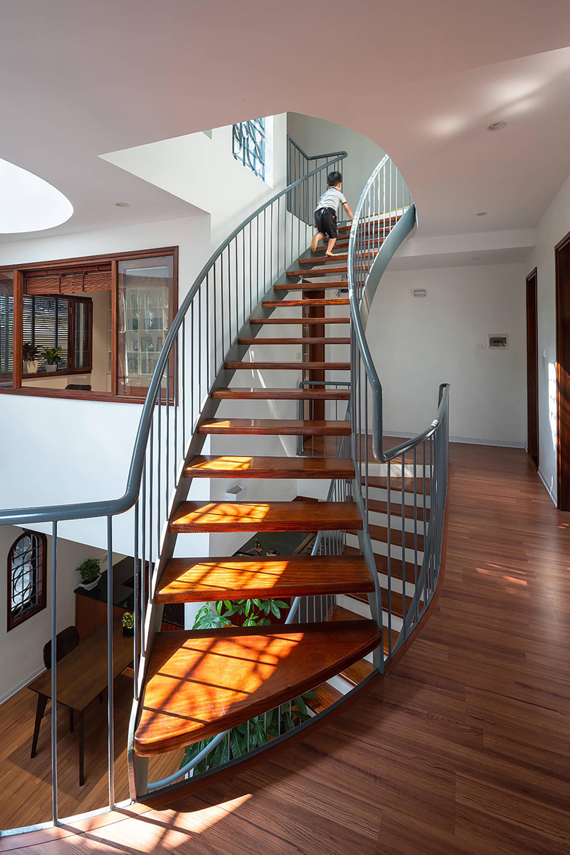 Cầu thang bằng gỗ được thiết kế nhẹ nhàng, uyển chuyển