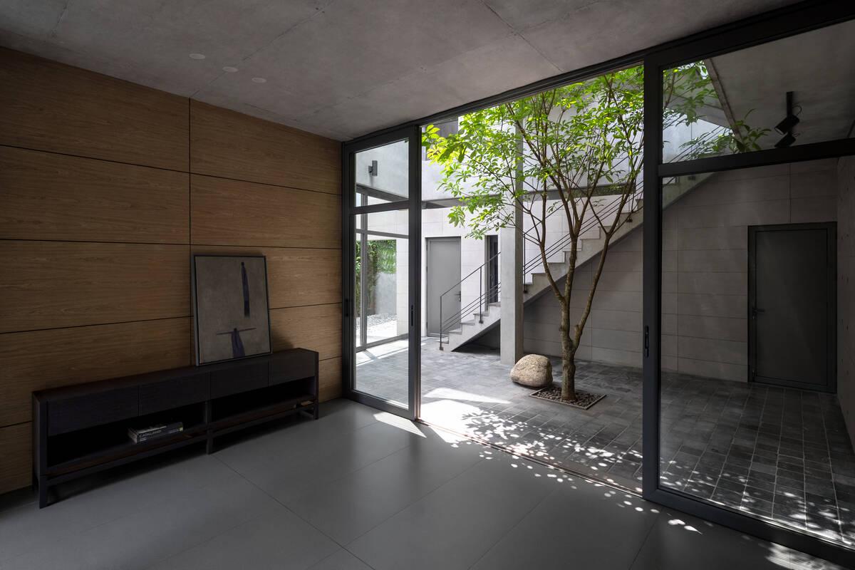 Phòng khách nằm ngay cạnh giếng trời với ánh sáng ngập tràn