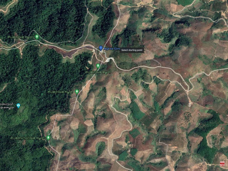 Phóng to khu vực 6 km2 rừng bị phá trụi chỉ còn ruộng đất đỏ. Nguồn: Google Earth; Đường biên giới chỉ để tham khảo