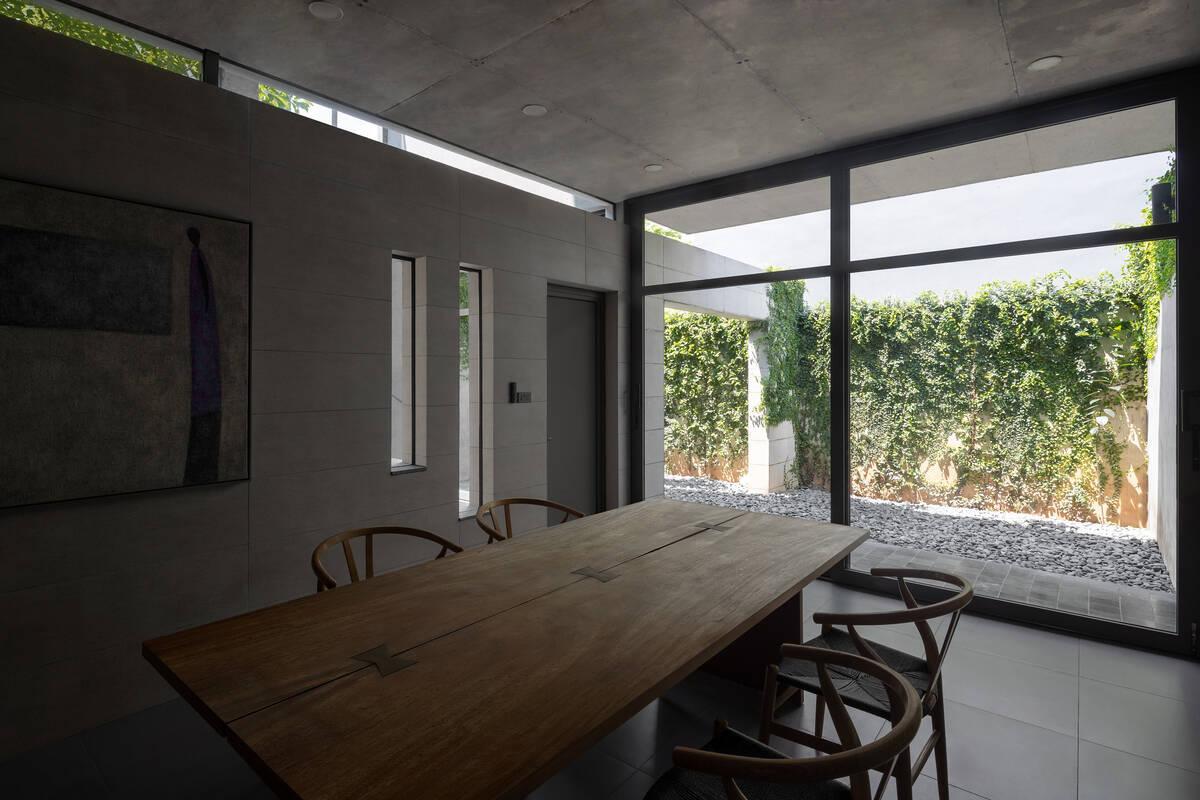 Kiến trúc nội thất của ngôi nhà được thiết kế theo phong cách đơn giản, trung tính