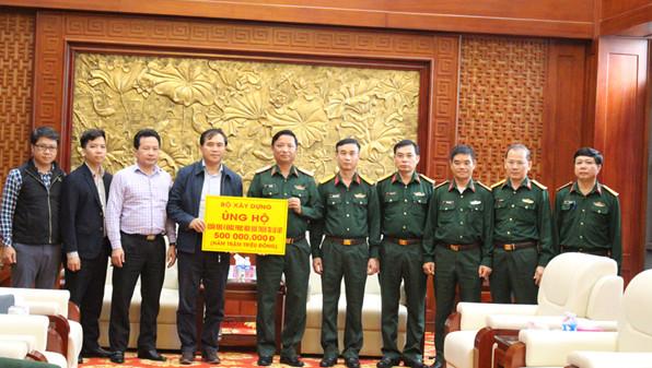 Bộ Xây dựng trao tặng Quân khu 4 - Bộ Quốc phòng 500 triệu đồng