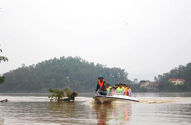 Đoàn công tác Bộ Xây dựng đi kiểm tra điểm ngập úng xã Châu Nhân - huyện Hưng Nguyên - Nghệ An