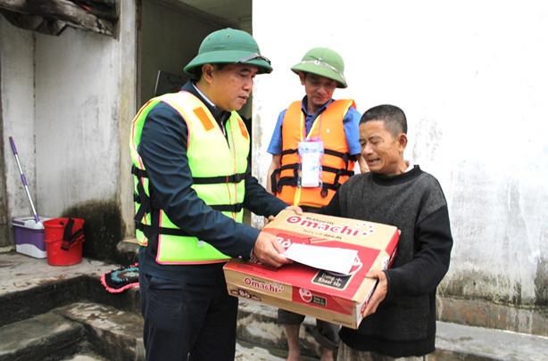 Thứ trưởng Lê Quang Hùng trao một số suất quà đến người dân xóm 1 - xã Châu Nhân
