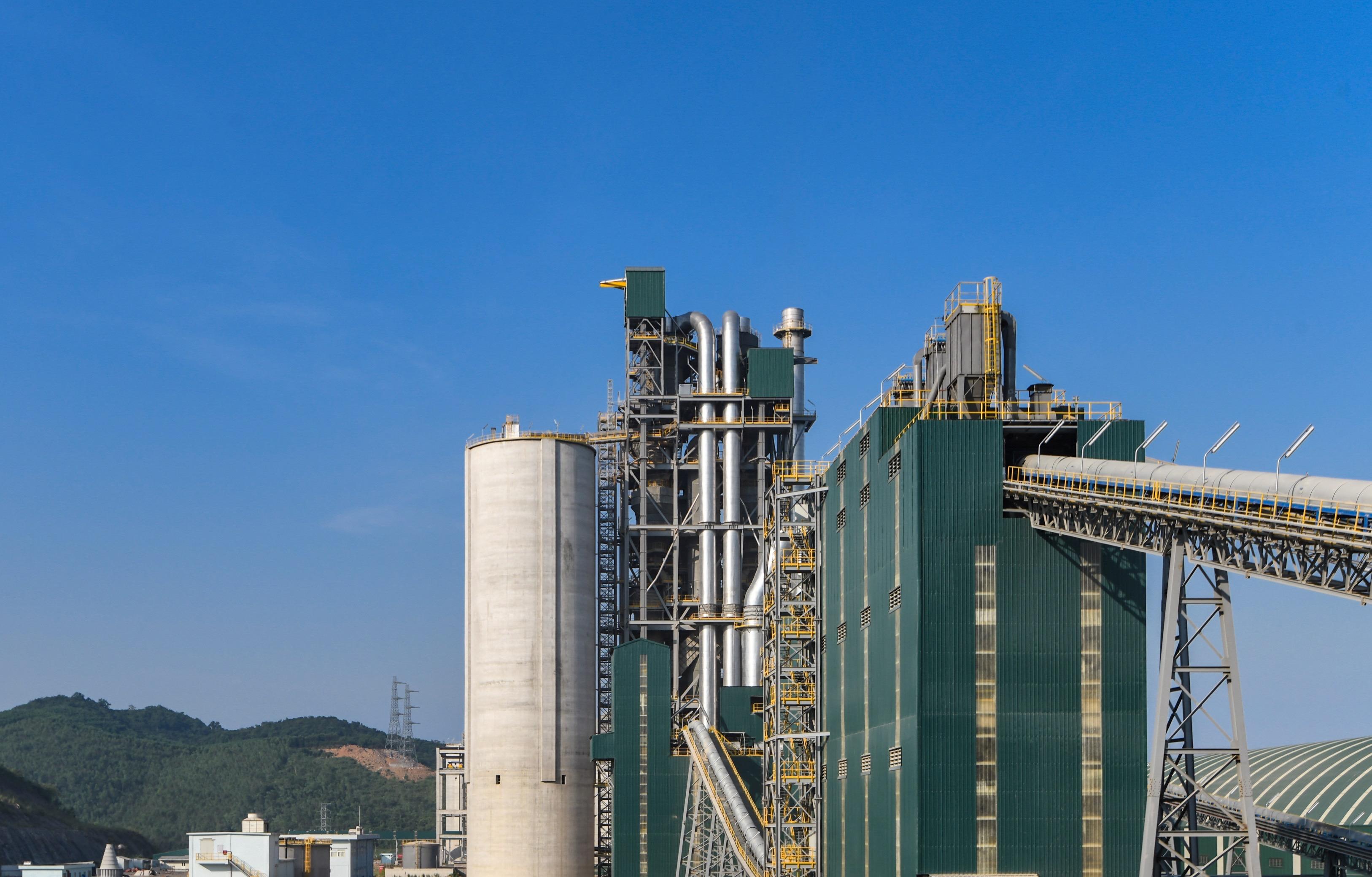 Ống khói không khói là điểm nhận diện riêng của nhà máy xi măng Tân Thắng tại mảnh đất Quỳnh Lưu, Nghệ An
