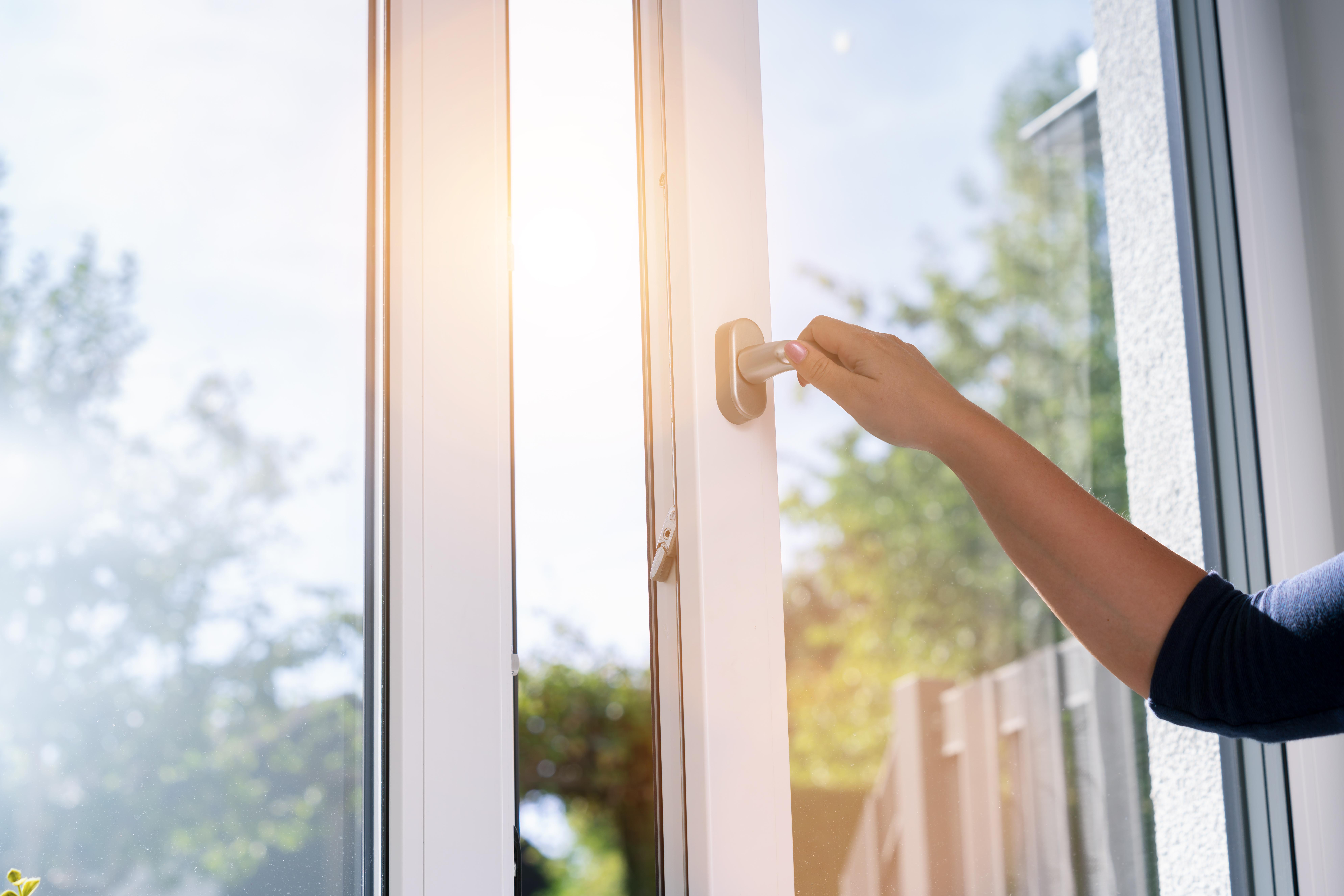 Cửa sổ mở là cách thông khí tự nhiên hiệu quả và tiết kiệm