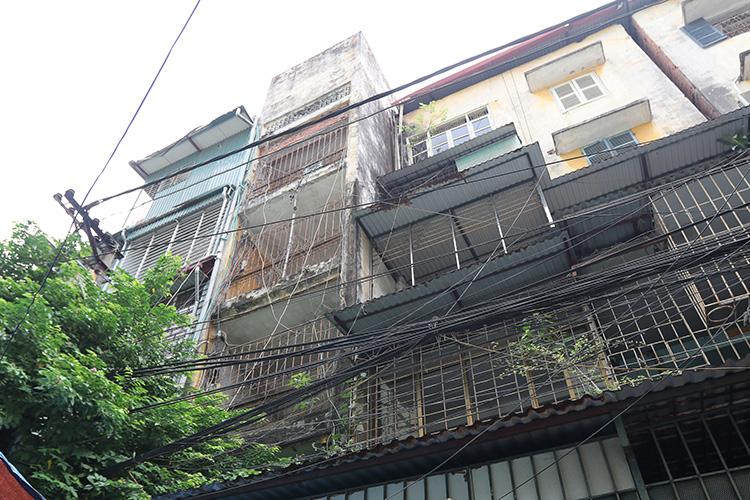 Tại Hà Nội, việc kiểm định chất lượng công trình còn nhiều bất cập cũng là nguyên nhân khiến tiến độ cải tạo nhà tập thể cũ rơi vào khó khăn. Ảnh: Lê Phú/ Báo Tin tức