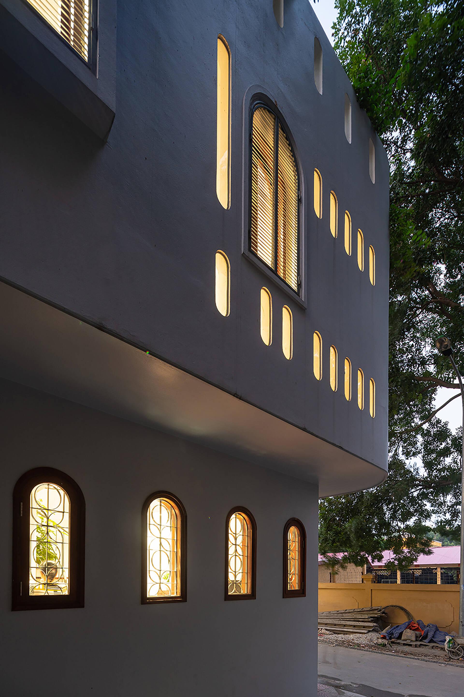 Vào buổi tối, ánh sáng từ bên trong nhà chiếu qua những ô cửa tạo nên vẻ ấm cúng và sinh động