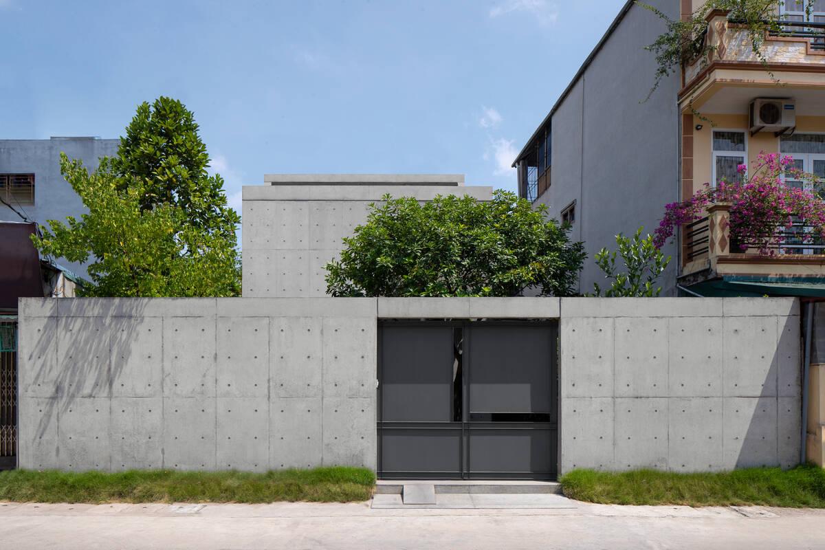 Mặt tiền của Trang House được xây kín bưng nhằm hạn chế lượng nhiệt lớn từ mặt tiền hướng Tây