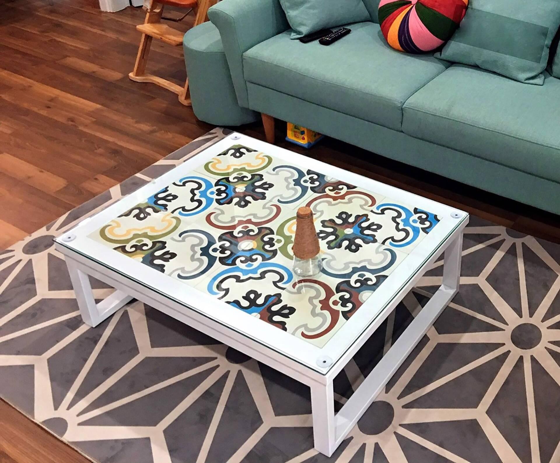 Một chiếc bàn ốp gạch bông là món đồ nội thất vô cùng ấn tượng cho gian phòng