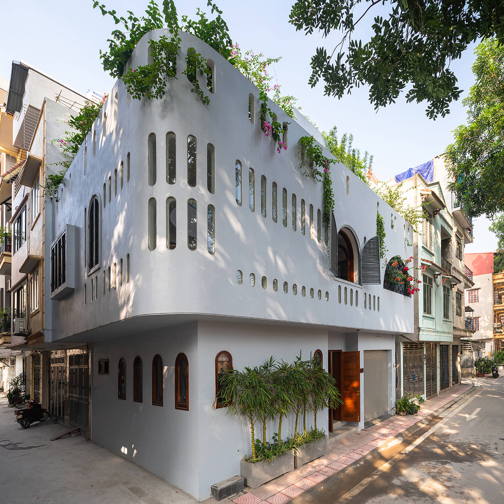 Mặt tiền ngôi nhà là những đường cong mềm mại, nhẹ nhàng với thật nhiều cửa sổ và ô thoáng