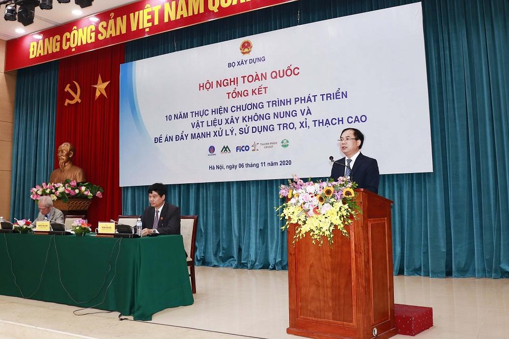 Thứ trưởng Bộ Xây dựng Nguyễn Văn Sinh phát biểu tại hội nghị