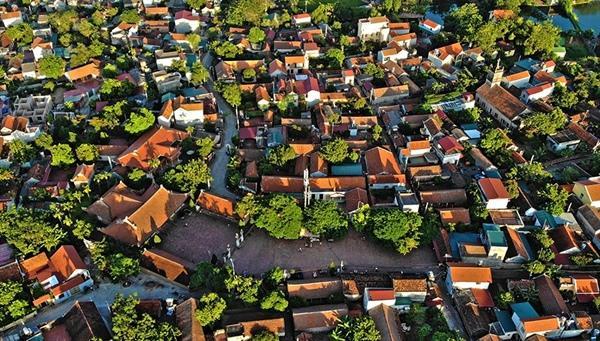 Không gian khu vực trung tâm hiện hữu làng cổ Đường Lâm (Sơn Tây, Hà Nội), có chức năng tôn giáo tín ngưỡng, lễ hội, cộng đồng, dịch vụ du lịch