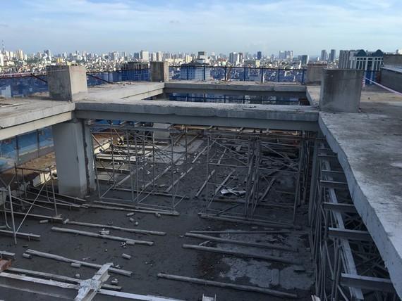 Quá trình tháo dỡ, phá dỡ phần vi phạm trật tự xây dựng tại số 8B phố Lê Trực. BAOTINTUC.VN