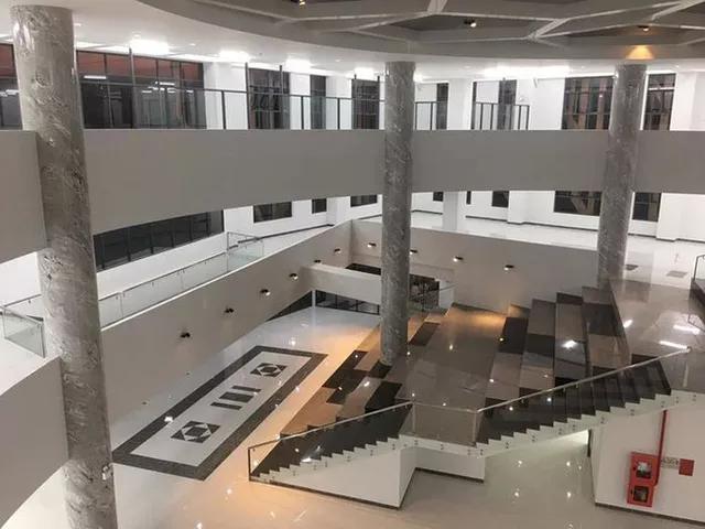 Bên trong thư viện hiện đại, tiện nghi