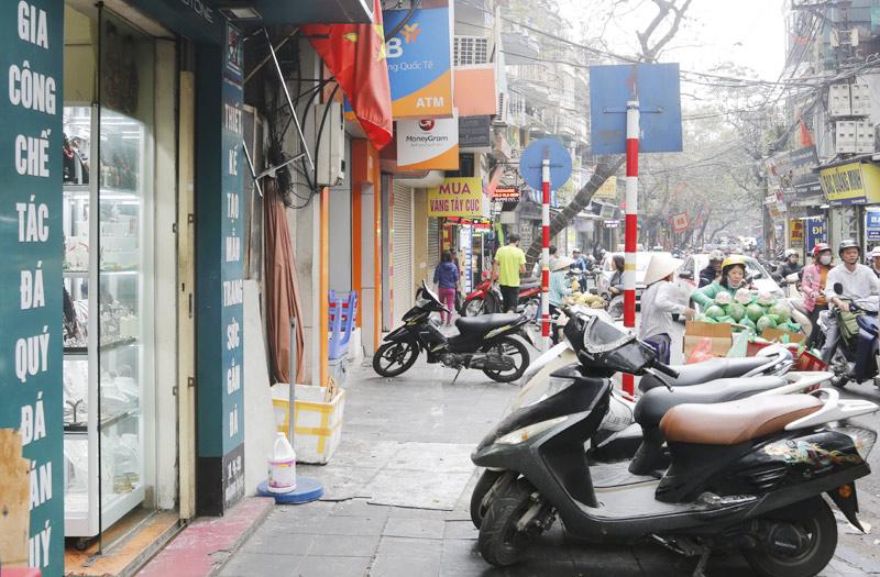 Xe máy để trên vỉa hè trên phố Hàng Bạc. Ảnh: Thanh Hải