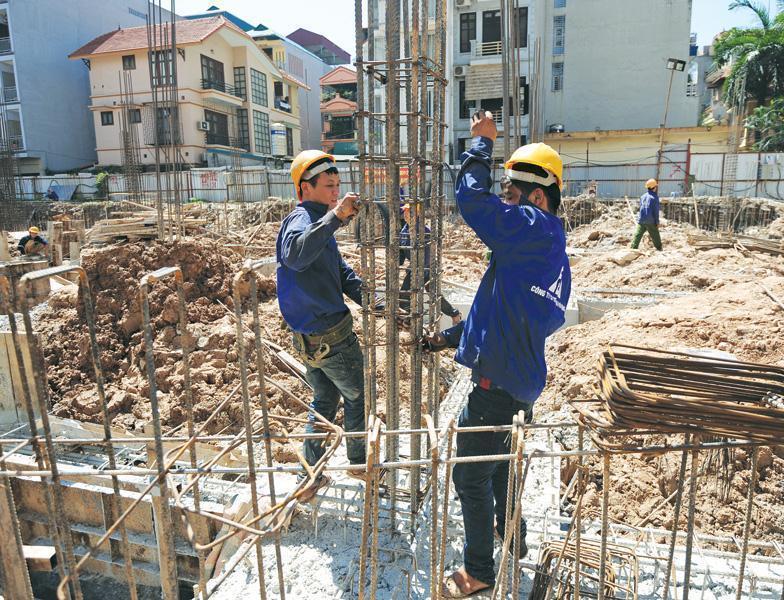 Các dự án đầu tư xây dựng thường gặp nhiều khó khăn liên quan việc cấp phép, giải phóng mặt bằng... Ảnh: Dũng Minh