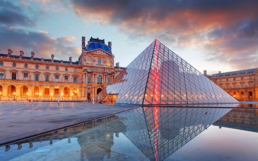 Kim tự tháp kính ở bảo tàng Louvre được ví như kỳ quan nghệ thuật giữa lòng Paris