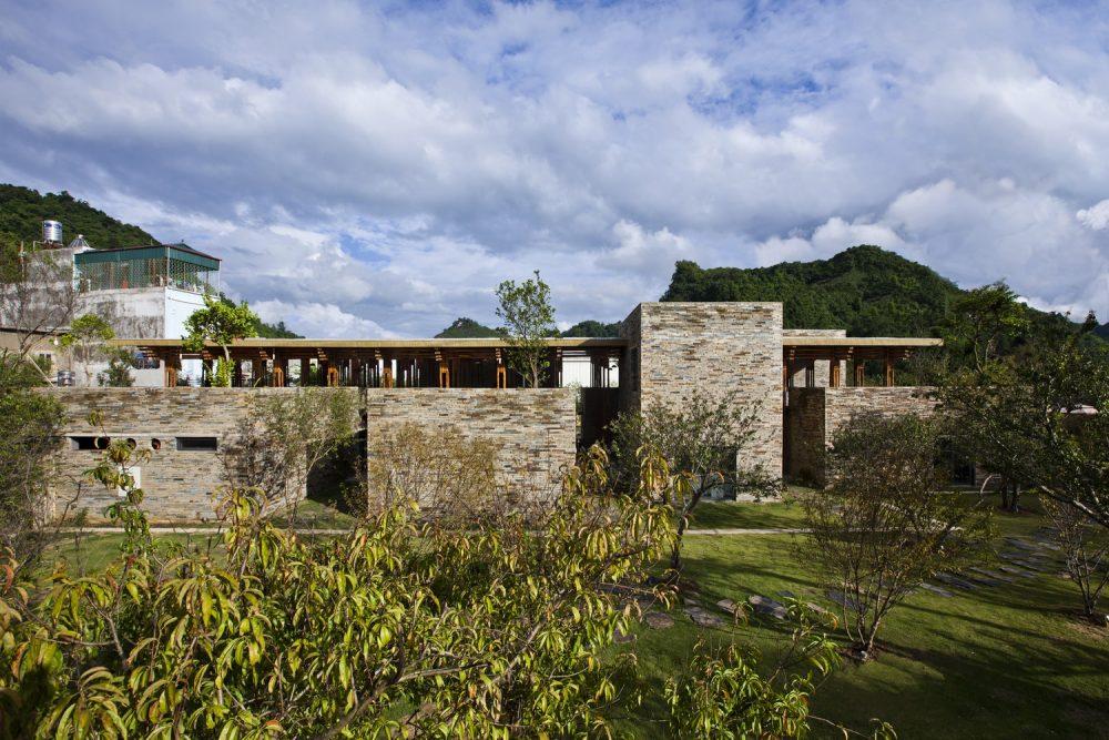 Lợi dụng địa hình là khu vực phía Bắc Việt Nam với nhiều núi non, cảnh đẹp nhà thiết kế đã sáng tạo ra một nhà hàng làm từ tre thu hút rất nhiều du khách tới tham quan