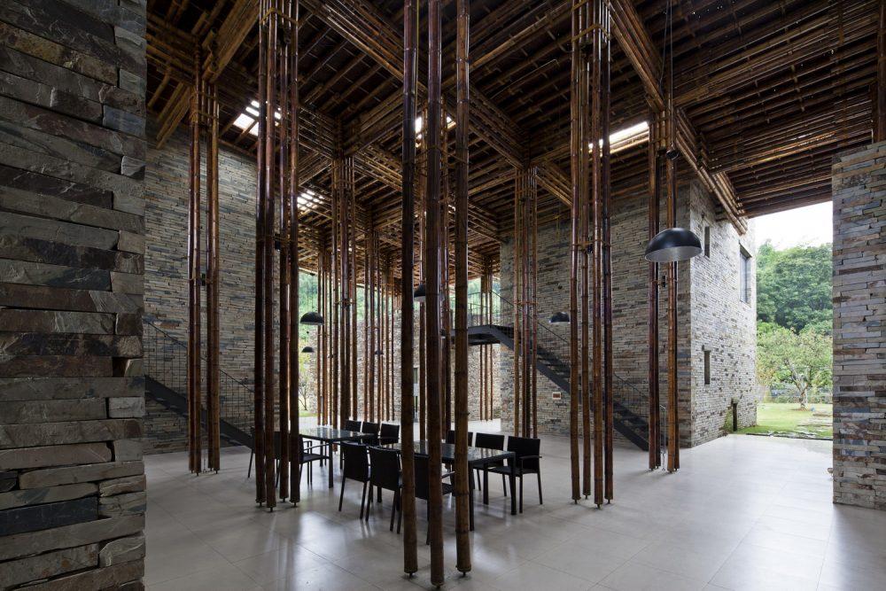 Mỗi cột trụ sẽ bao gồm 4 cây tre lớn có đường kính từ 80-100 mm, được lắp ráp bằng cách sử dụng chốt tre và dây thừng tạo sự liên kết, vững chãi