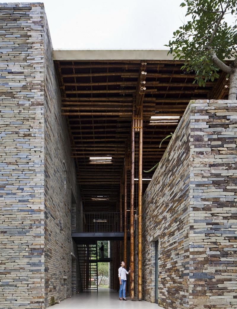 Được liên kết với tòa nhà bằng đá giúp không gian trở nên ấn tượng và thu hút hơn. Ngoài ra có thiết kế nhiều giếng trời bên trên mái giúp ánh sáng tràn ngập khắp không gian.