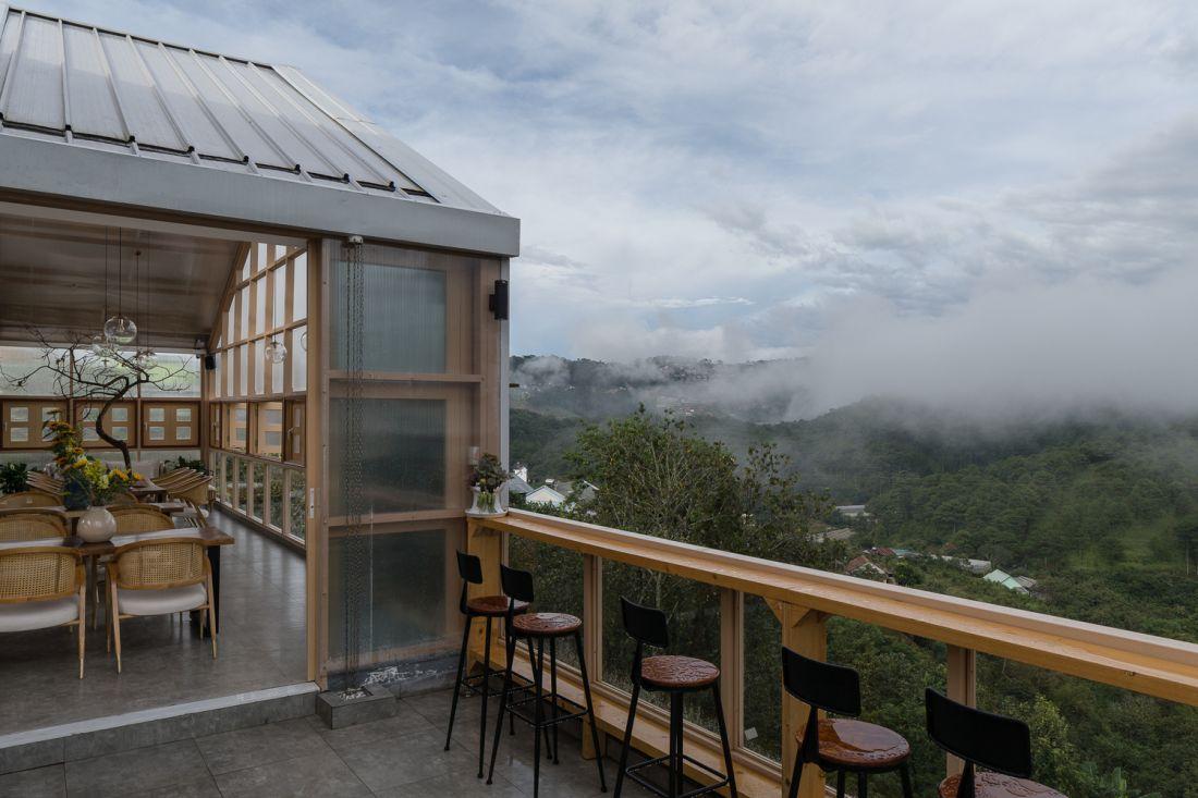 Chính phong cảnh, cảnh quan thiên nhiên nơi đây là yếu tố bắt đầu câu chuyện thiết kế quán cafe. Hình ảnh những ngọn đồi nhấp nhô mờ ảo trong sương mù của thung lũng được tái hiện qua hình dạng mái nhà và cách bố trí so le của các khối nhà.