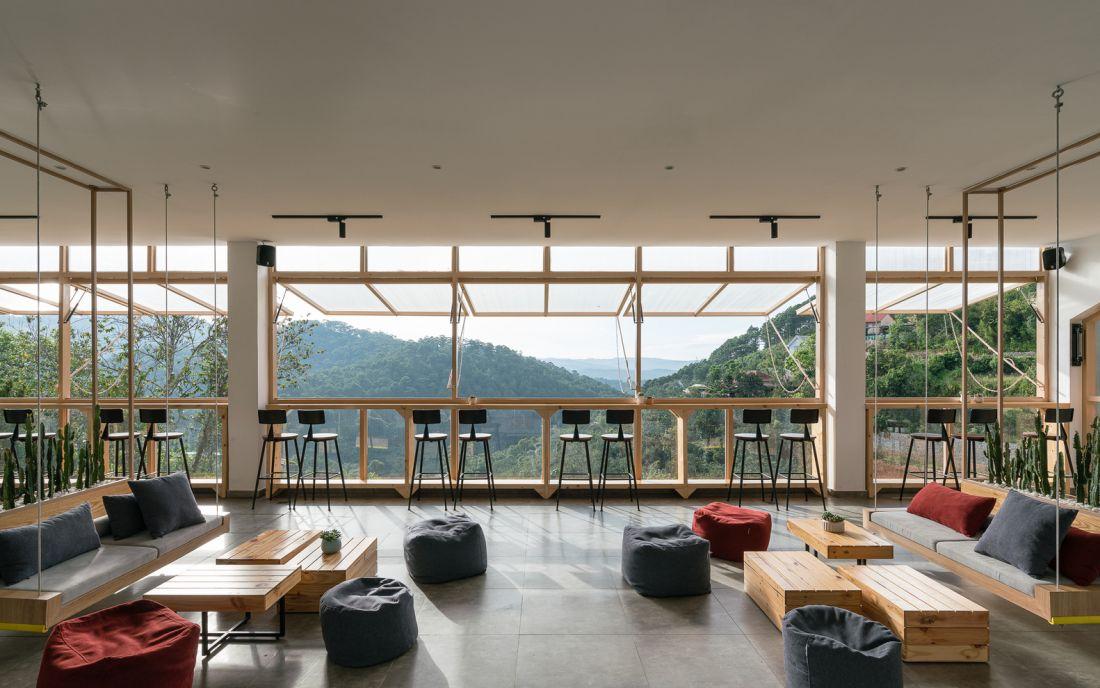 Ý tưởng ban đầu của một không gian quán cafe bao gồm 3 khu vực, mang đến cho du khách một hành trình thử nghiệm, từ bắt đầu trên con phố đông đúc tới điểm kết thúc cuối cùng là là một không gian mở hoàn toàn kết nối với thiên nhiên.