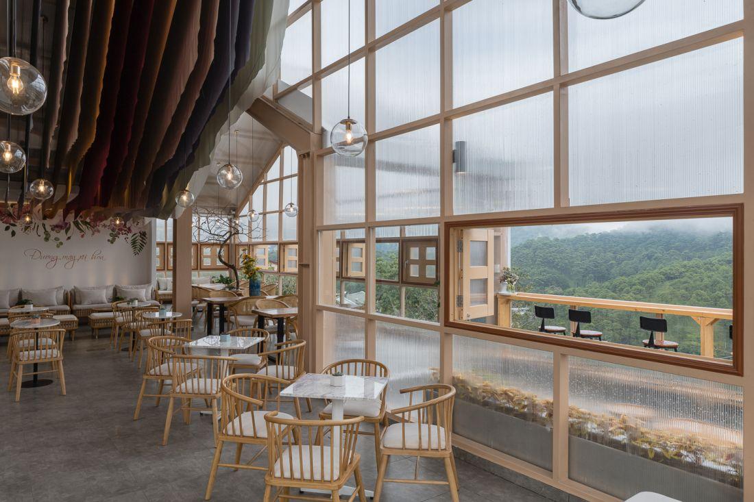 Cuối cùng chỉ có thể xây khu 1 nên bản thân đã mất đi 80% không gian ngoài trời. Đây thực sự là một tiếc nuối rất lớn của nhóm kiến trúc sư và chủ đầu tư, những người rất tâm huyết trong việc tạo ra một quán cafe có chất lượng không gian nổi bật, khác biệt.