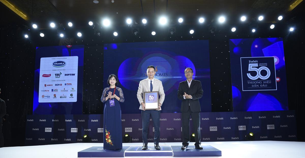 Ông Nguyễn Đức Quang, Phó Tổng Giám đốc Kinh doanh & Marketing Công ty cổ phần Vinhomes nhận giải Top 50 thương hiệu dẫn đầu Việt Nam