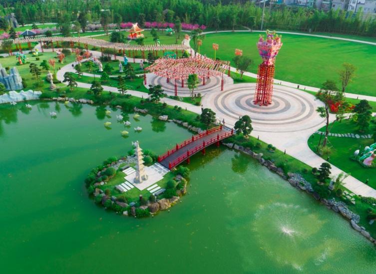 Thành phố quốc tế của những công dân toàn cầu Vinhomes Smart City (280ha) trải dọc bộ ba công viên liên hoàn 16.3 ha, nổi bật với công viên Nhật Bản được đầu tư tỉ mỉ