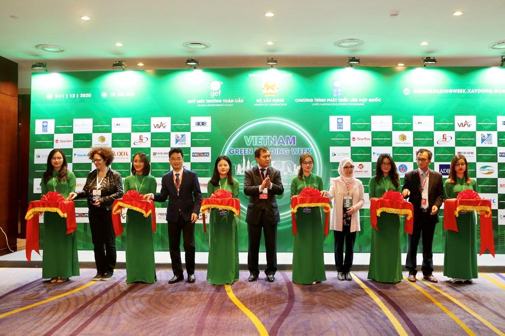 Các đại biểu thực hiện nghi thức cắt băng khai mạc Tuần Lễ Công trình xanh Việt Nam 2020