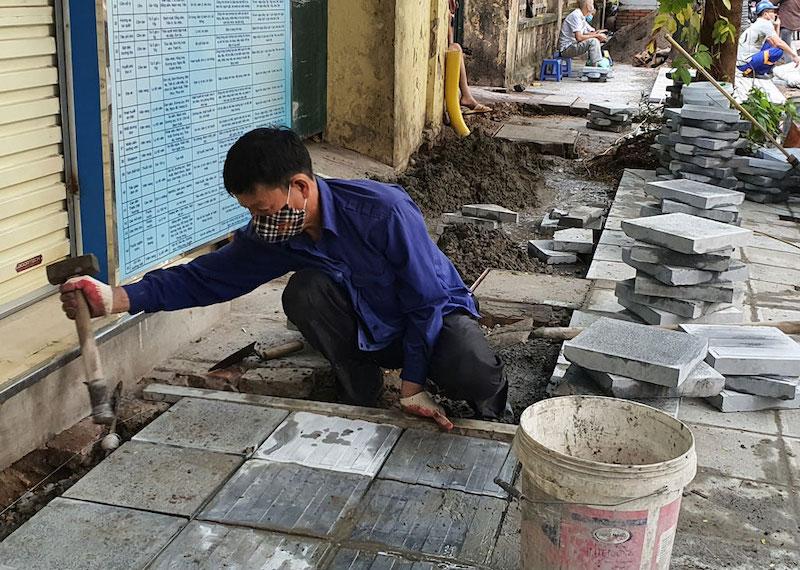 Lát đá vỉa hè phố Nguyễn Bỉnh Khiêm. Ảnh: Ngọc Khánh