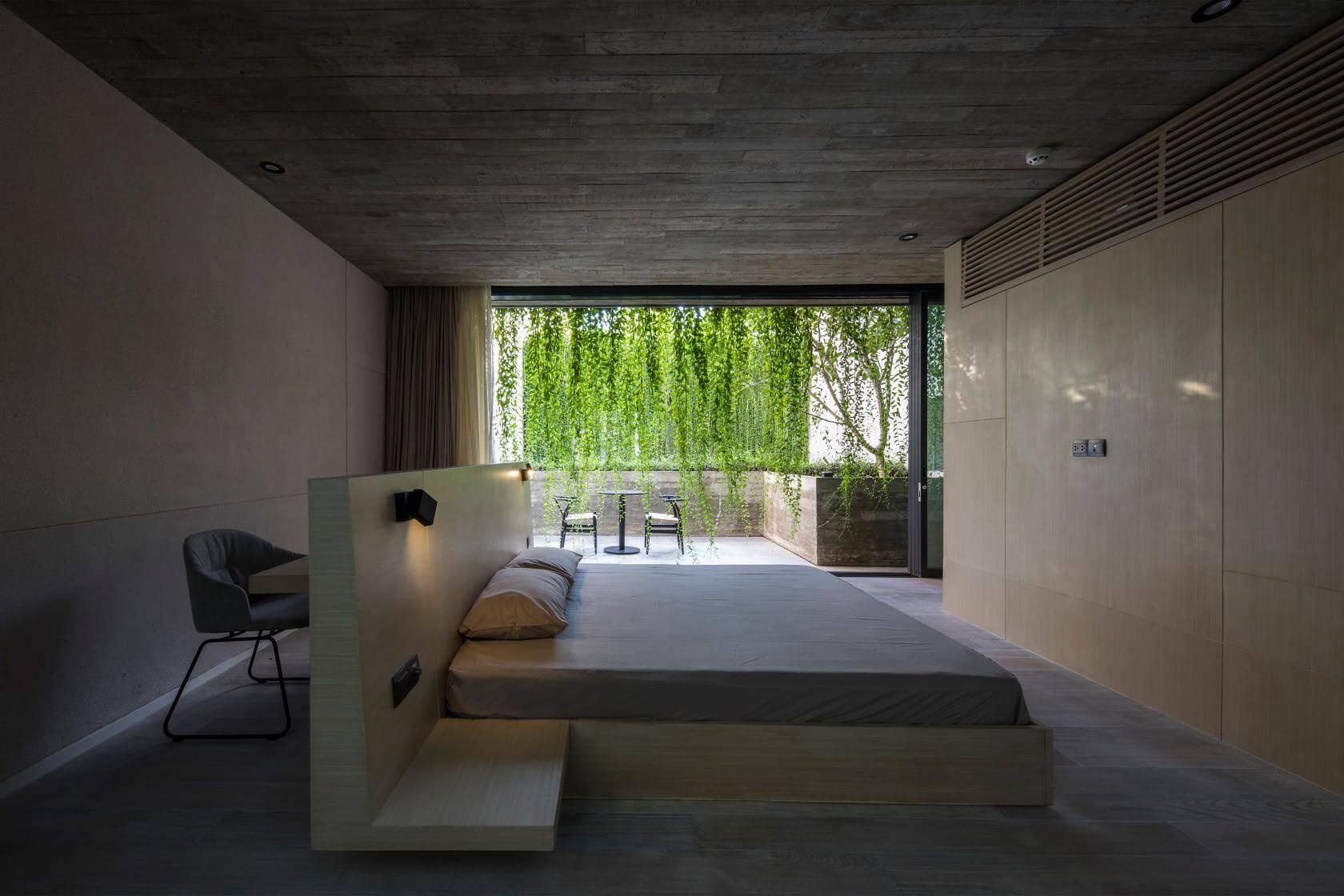 Phòng ngủ theo phong cách tối giản, không sử dụng nhiều đồ đạc mà tập trung vào việc kết nối với thiên nhiên