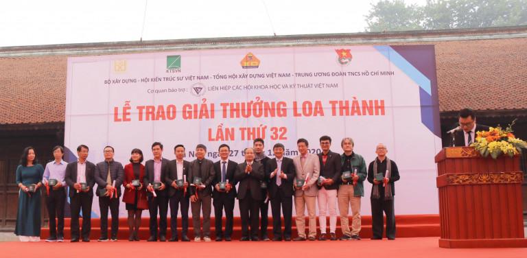 Các giảng viên hướng dẫn nhận quà lưu niệm của Hội đồng Giải thưởng