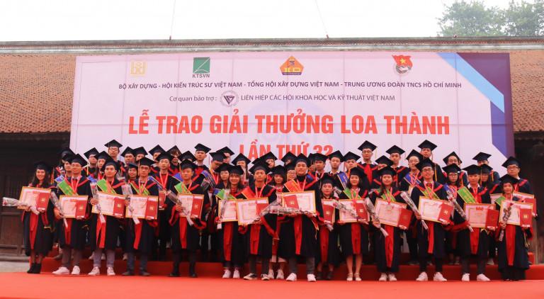 Sinh viên nhận giải thưởng Loa Thành 2020