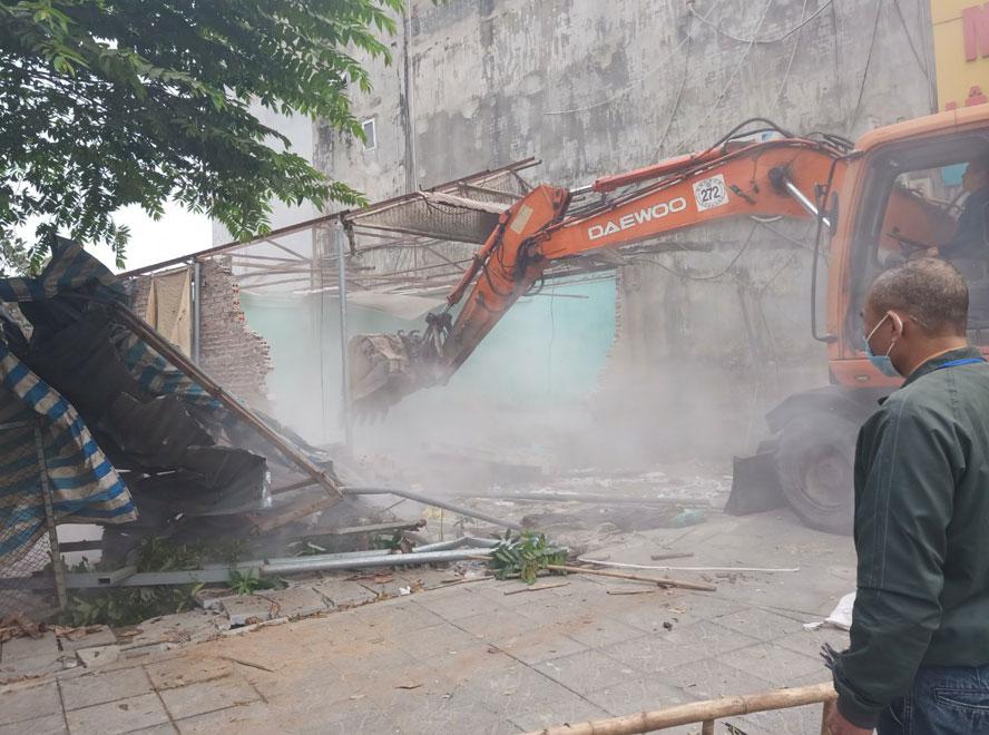 Lực lượng chức năng huyện Đông Anh phá dỡ công trình xây dựng vi phạm trên đất nông nghiệp tại khu ao Ươm, thôn Đản Dị, xã Uy Nỗ