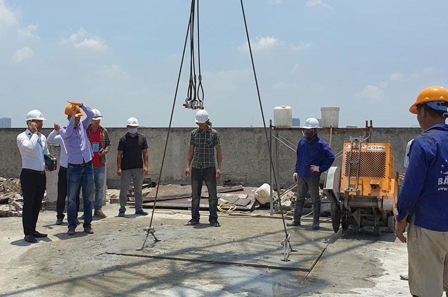 Năm 2020, công tác quản lý trật tự xây dựng trên địa bàn thành phố Hà Nội đã được tập trung chỉ đạo xử lý quyết liệt. Trong ảnh: Xử lý cắt ngọn công trình vi phạm trật tự xây dựng tại số 8B Lê Trực (quận Ba Đình). Ảnh: Cẩm Nam