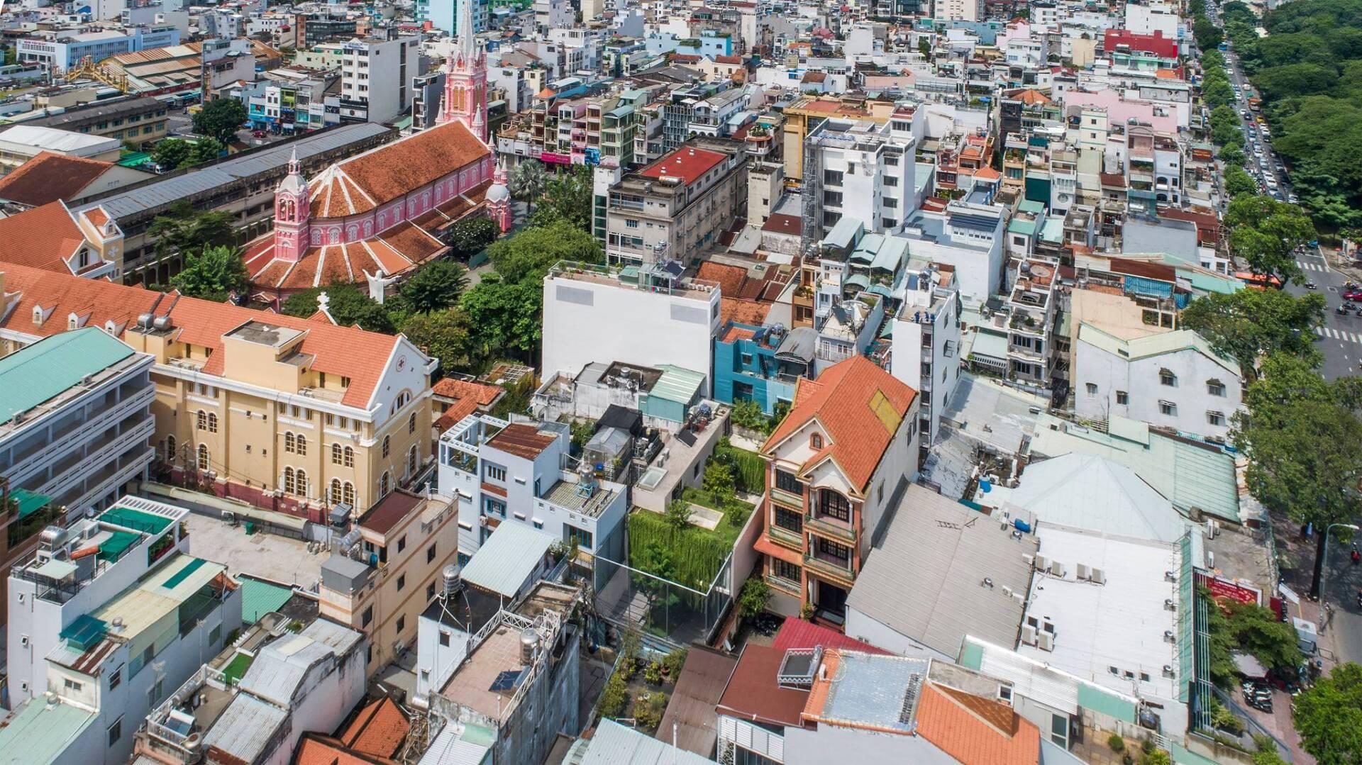 Giữa những căn nhà đậm chất đô thị, Tân Định Villa khác lạ với màu xanh mướt