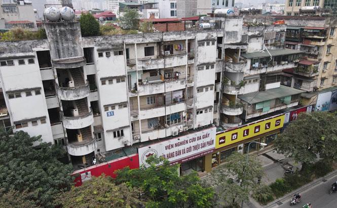 Đơn nguyên 1 chung cư 51 Huỳnh Thúc Kháng (phường Láng Hạ, quận Đống Đa) là một trong 6 chung cư cũ nguy hiểm cấp D. Ảnh: Nguyễn Quang